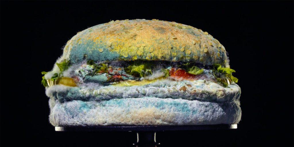 """Burger King destaca """"la belleza de los conservantes artificiales"""" en su campaña Moldy Whopper."""
